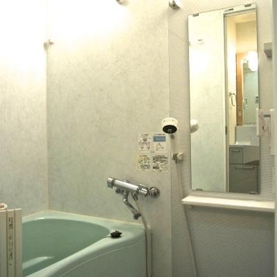 浴室乾燥機のある広々バスルーム
