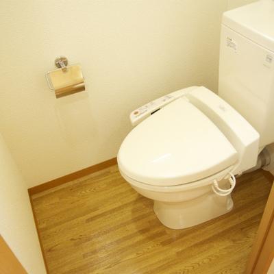 小窓付きのウォシュレットトイレ