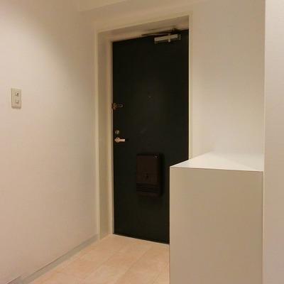 ゆったりと広さのある玄関横には靴箱もあります※写真別部屋