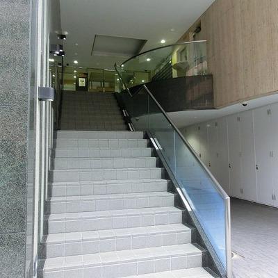 メインエントランスへは階段を上った先です