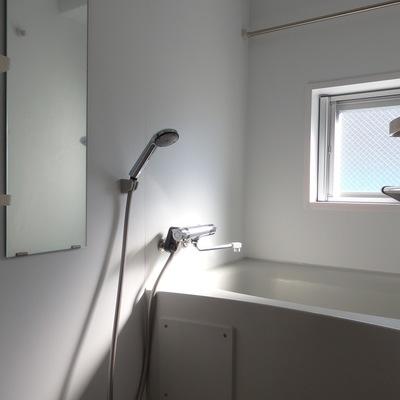 お風呂には窓付き。明るくて気持ち良いですね