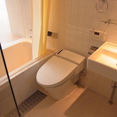 バスルームは擦りガラスの壁、コンパクトながら明るい。※前回募集時の写真です