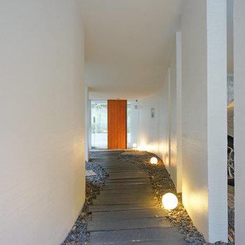 共用部の玄関。おしゃれな空間です。