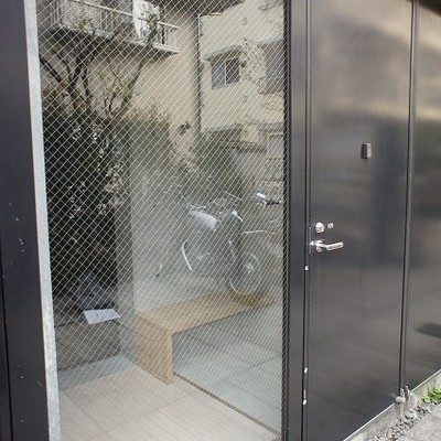 ガラス張りの玄関※写真は別部屋です
