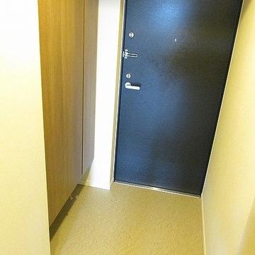 玄関横にも収納あります!※写真は別部屋です。間取りは図面をご確認ください。