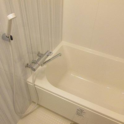 浴室も大きめなのでゆったりできます。※写真は別部屋です。間取りは図面をご確認ください。