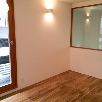 大きな窓の奥はバスルーム、右のドアはパウダールームです。※写真は別部屋