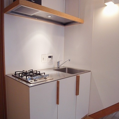キッチンにも無垢のアクセント。※写真は別部屋