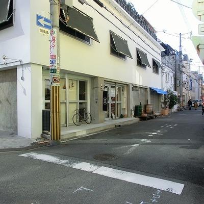 横の通りにはカフェや飲食店がちらほらあります