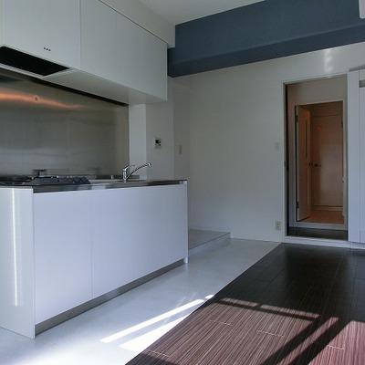 2口コンロのキッチン。壁側に物が置けるスペースがあるのが◎