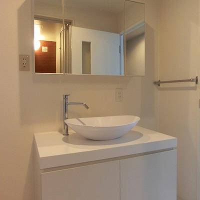 シンプルなデザインですっきりした洗面台