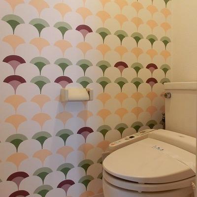 いちょう柄のあるポップなトイレはウォシュレット付き