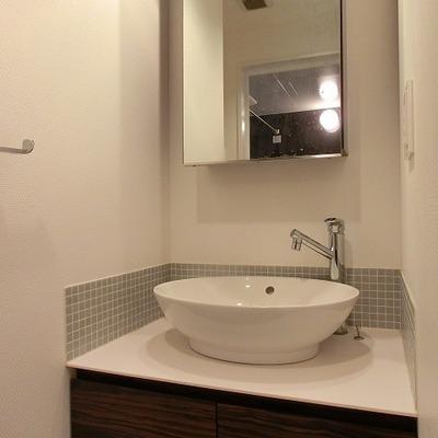 グレーのデザインタイルがいい感じの洗面台
