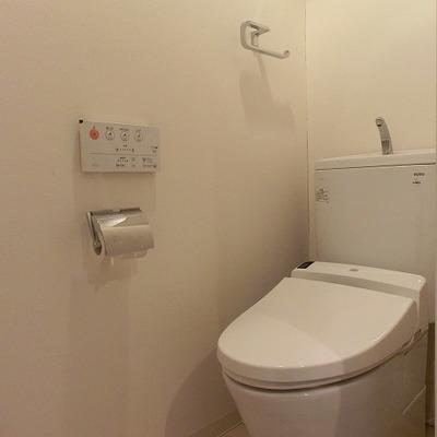 棚のあるウォシュレット機能付きのおトイレ