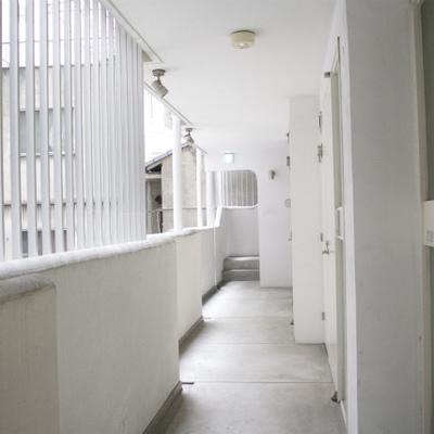 共用廊下も白!