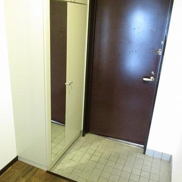 玄関スペースもかなり大きくシューズラックもあります。