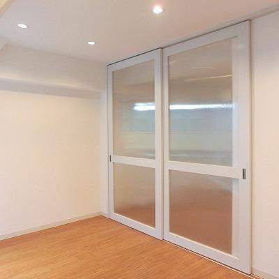 透けガラスの扉、お部屋によく似合っていますね※写真は別部屋