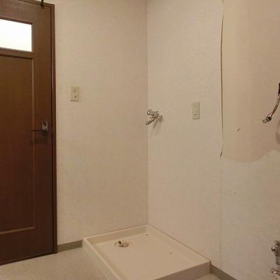 洗面台はまだ取りついておりません。脱衣所奥におトイレがありま