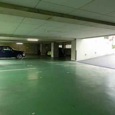 広い駐車スペース。入口には駐輪場もあります!