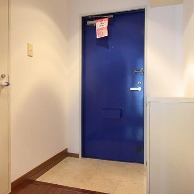 青いドアがお洒落な玄関。シューズボックスもありますよ!