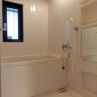 窓があり、と明るく清潔感のあるお風呂場