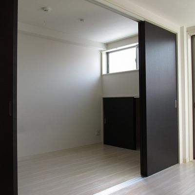寝室はスライドドアで仕切れます。