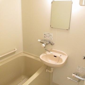 お風呂は既存ですがとっても綺麗。サーモ水栓で使いやすいんです!