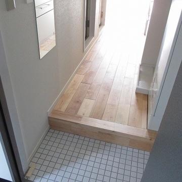 玄関も白タイルでかわいくなってます。玄関前に全身鏡があるが嬉しい◎