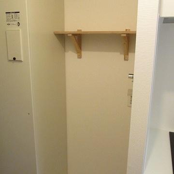 洗濯機置場はキッチンの左手に。上には木製の棚を付けました!