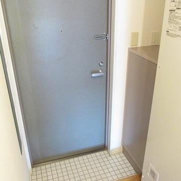 玄関は可愛い白タイル。「ただいま」が楽しみになるようにしました♪