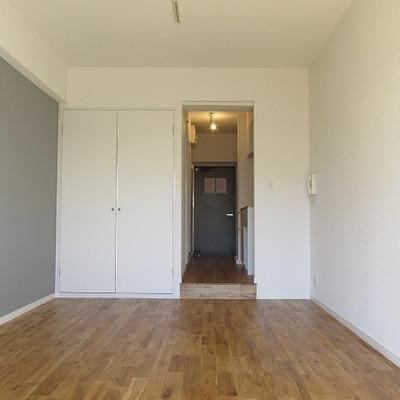 床は高級感のあるオークの無垢材。素足で暮らしたくなるほど、気持ち良い。