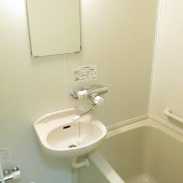 お風呂は既存利用ですが、サーモ水栓で使いやすくしています。