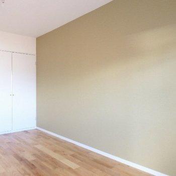 アクセントクロスはベージュ。落ち着いた色合いで家具も合わせやすい※写真は前回募集時のものです