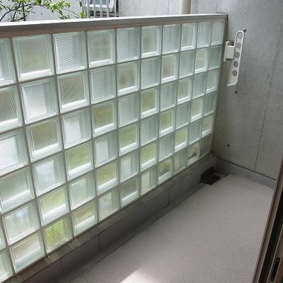 ガラスブロックのバルコニー。