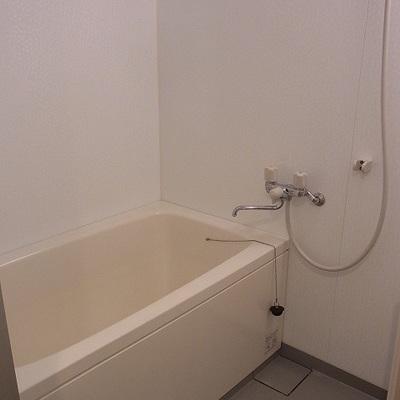 追い焚きと乾燥機が付いたバスルーム。