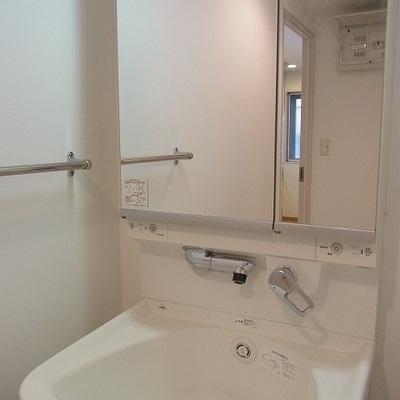 洗面台は鏡が大きめ。