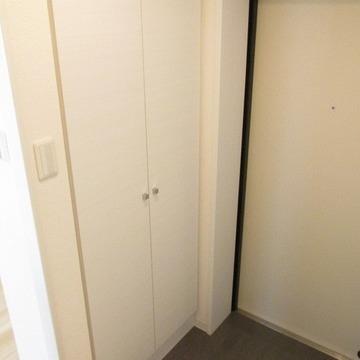 玄関も広くシューズラックもあります。※写真は別部屋です。