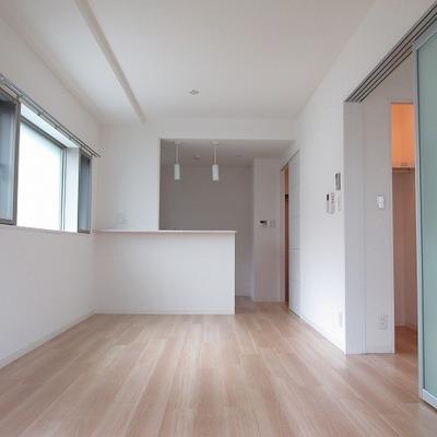 明るい室内!キッチンも対面式で素敵!※写真は別部屋のもの