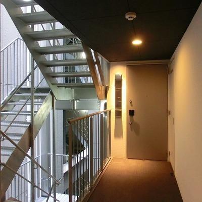 階段部分と、玄関部分の色の違い、ギャップがいい感じ!