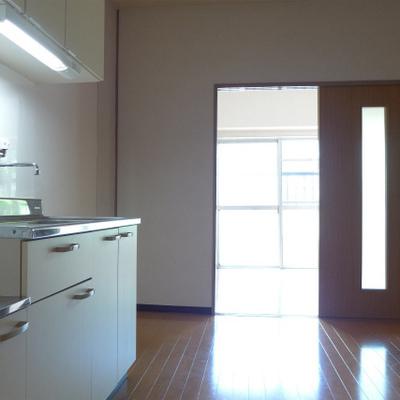 玄関からの眺め。洋室から光が入ります!