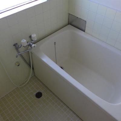 お風呂も狭め、懐かしいです!