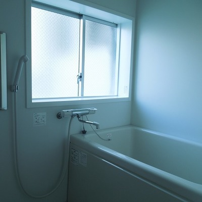 お風呂はコンパクトですが窓があって開放的