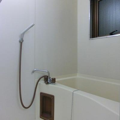 浴室には窓があり、空気の入れ替え可能です