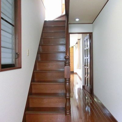 玄関を入ると3階へあがる階段、奥にはリビング