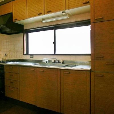 3口コンロ、食洗機にオーブンの設備のある広いキッチンです!
