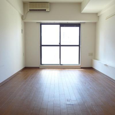 洋室は8帖。家具はゆったり置けますね。