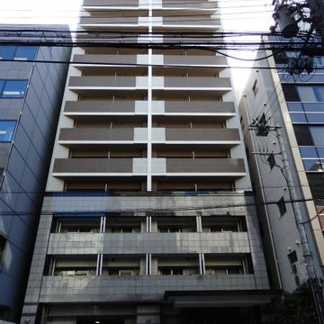 スラっと伸びる15階建て。