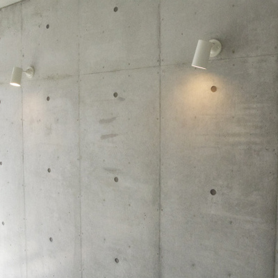 このコンクリの壁にスポットライトもステキ※写真は別部屋