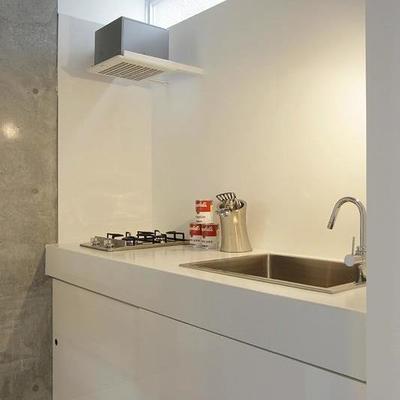 キッチンはシンプルに決めた白 (※写真は同間取り別部屋のものです)