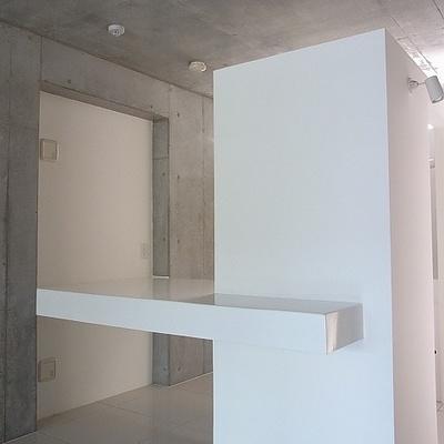 現代美術の様なキッチンカウンター